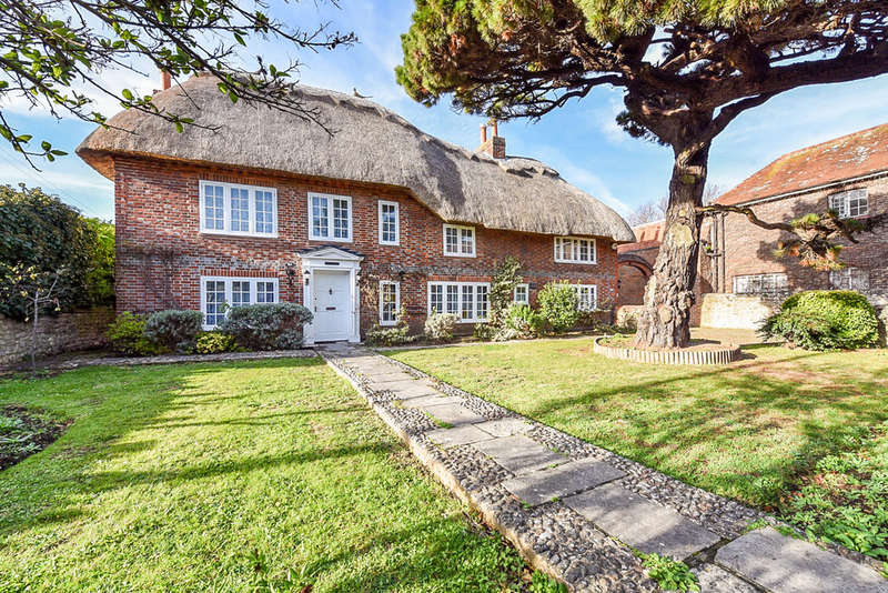 6 Bedrooms Detached House for sale in High Street, Selsey