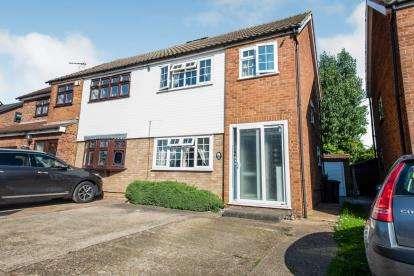 3 Bedrooms Semi Detached House for sale in Rainham, Essex, Uk