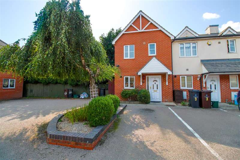 3 Bedrooms Semi Detached House for sale in Nightingale Court, Colchester, CO2