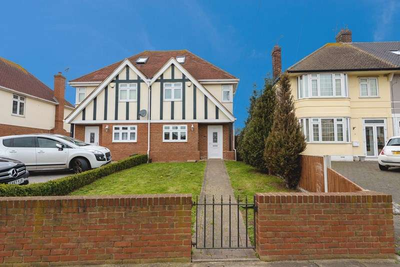3 Bedrooms Semi Detached House for sale in Chase Gardens, Westcliff-On-Sea, Essex, SS0