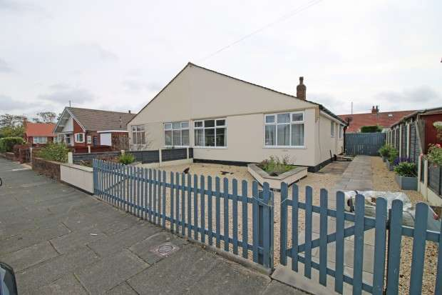 2 Bedrooms Bungalow for sale in Warwick Avenue, Thornton-Cleveleys, FY5