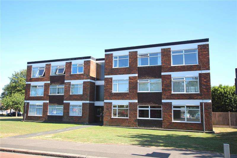 2 Bedrooms Apartment Flat for sale in North Justins, Southchurch Boulevard, Thorpe Bay Border, Essex, SS1
