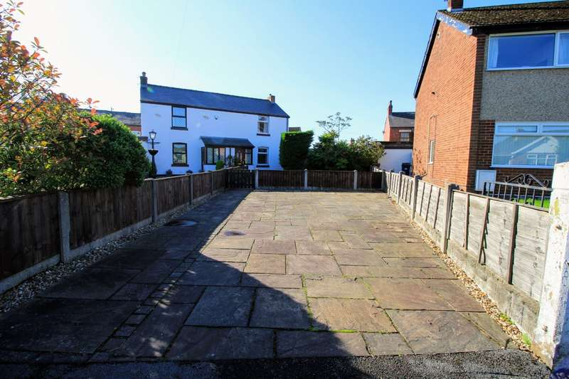 2 Bedrooms Semi Detached House for sale in Atherton Road, Leyland, PR25