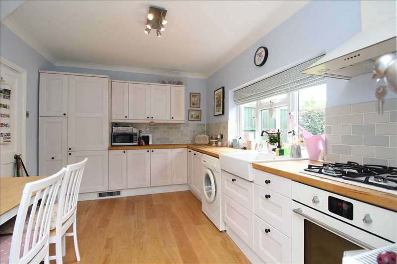 2 Bedrooms Semi Detached House for sale in Elm Road, Leigh on Sea