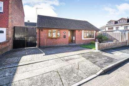 2 Bedrooms Bungalow for sale in Rainham, Essex, Uk