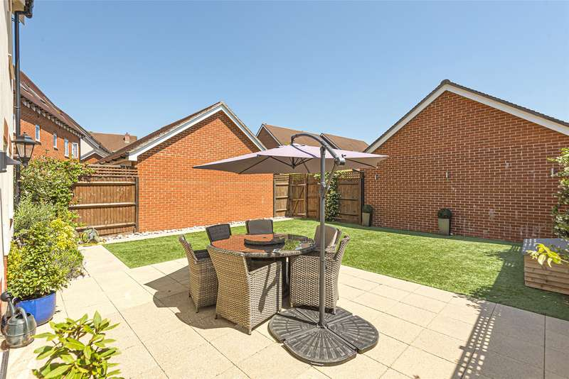 5 Bedrooms Detached House for sale in Whittaker Drive, Horley, Surrey, RH6