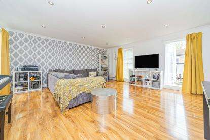 2 Bedrooms Maisonette Flat for sale in Canterbury Way, Stevenage, Hertfordshire, England