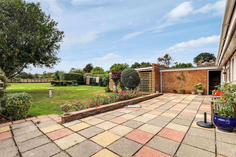 3 Bedrooms Detached Bungalow for sale in The Street, Frinsted