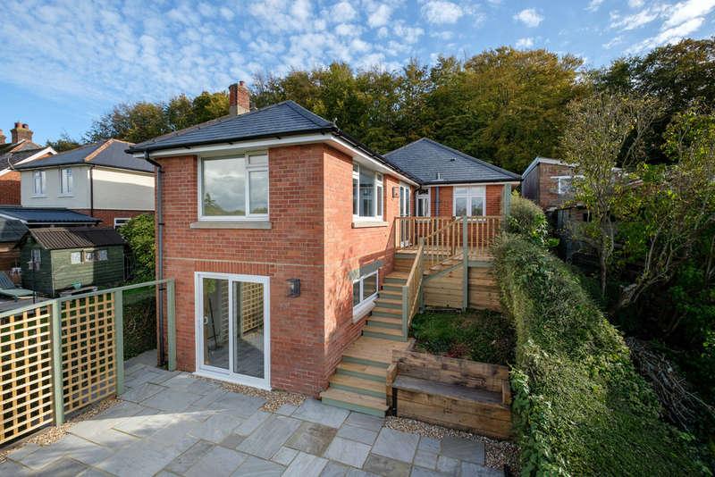 2 Bedrooms Detached Bungalow for sale in Castle Hill, Carisbrooke