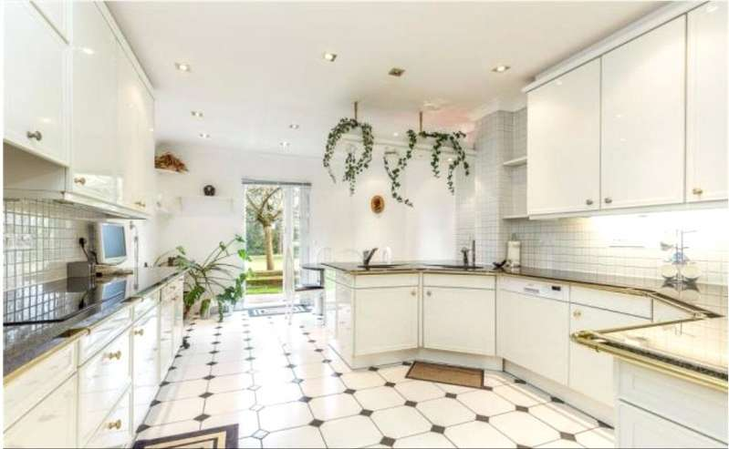 3 Bedrooms Apartment Flat for sale in The Water Gardens, Warren Road, Kingston-Upon-Thames, KT2