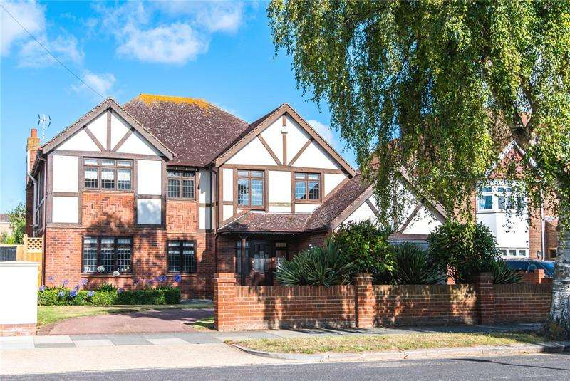 5 Bedrooms Detached House for sale in The Broadway, Thorpe Bay, Essex, SS1