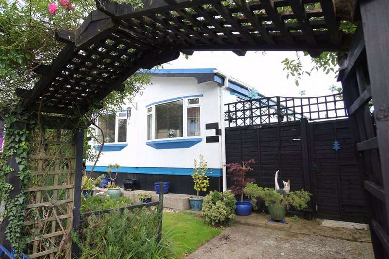 2 Bedrooms Park Home Mobile Home for sale in Barton on Sea, Hampshire