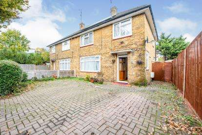 4 Bedrooms Semi Detached House for sale in Harold Hill, Romford, Havering