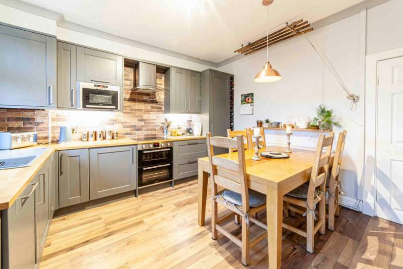2 Bedrooms Terraced House for sale in Phillimore Street, Lees, Oldham, OL4 5BZ