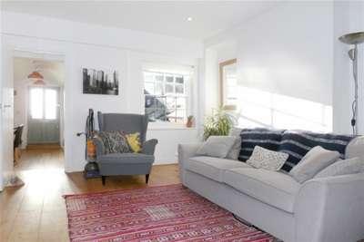 2 Bedrooms Flat for rent in Godalming, Surrey