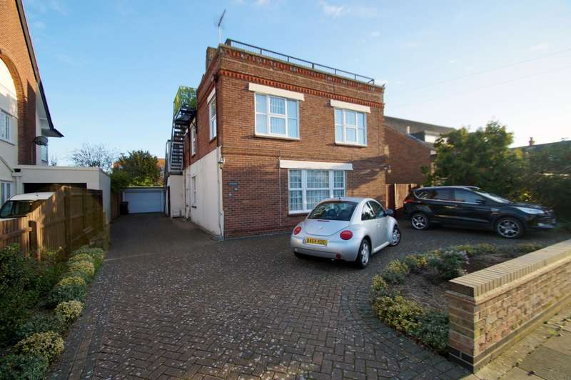 3 Bedrooms Flat for rent in Harold Road, Frinton on Sea