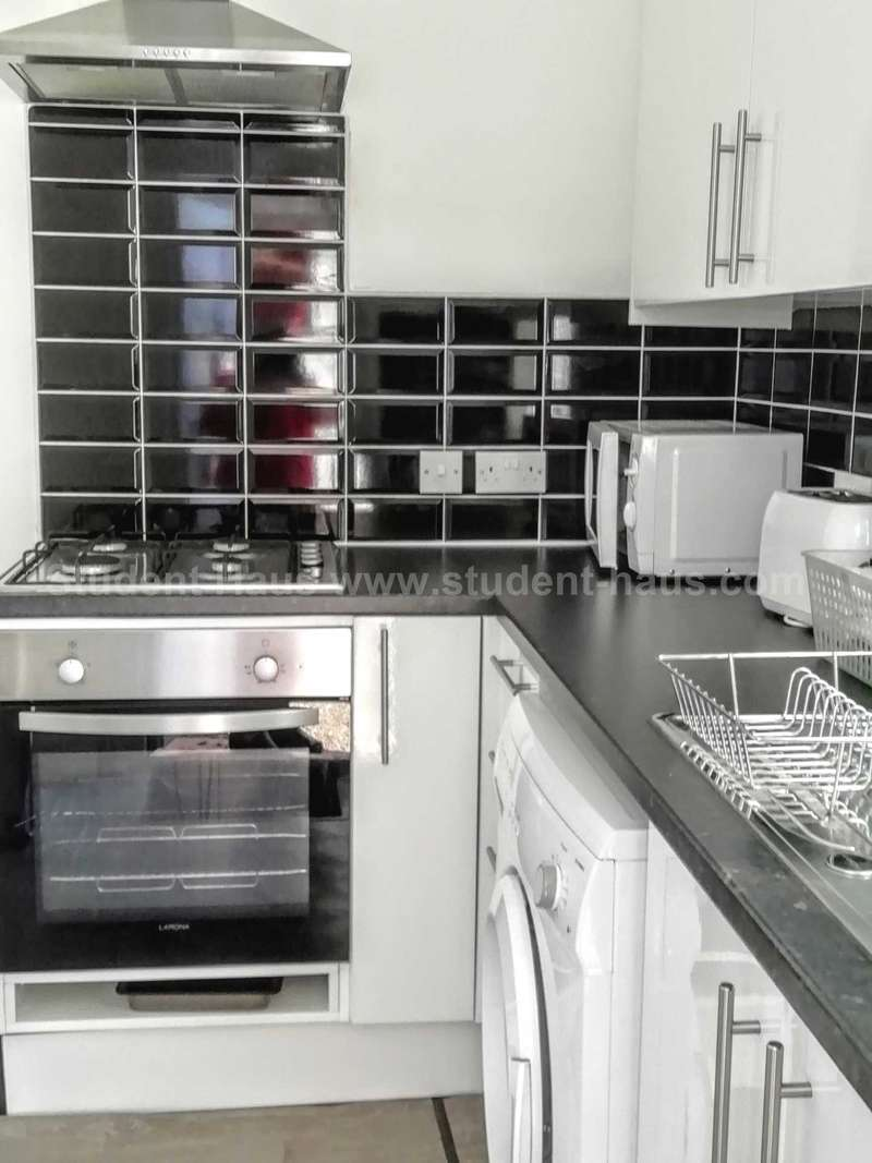 3 Bedrooms House Share for rent in Nichols Street, Salford, M6 6PS