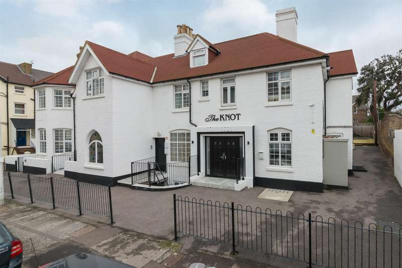 2 Bedrooms Flat for sale in Beach Road, Westgate-On-Sea