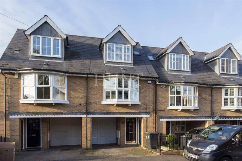 3 Bedrooms Town House for rent in Turpins Lane, Woodford Green, Essex