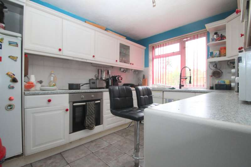 4 Bedrooms Maisonette Flat for rent in Victor Close, Hornchurch, RM12