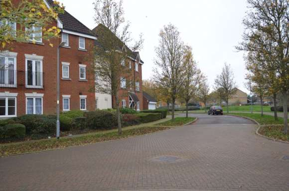 2 Bedrooms Flat for rent in Wickham Crescent, Chelmsford, Essex