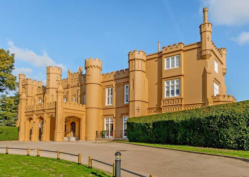 3 Bedrooms Apartment Flat for sale in Wall Hall Drive, Aldenham, Watford