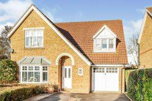 4 Bedrooms Detached House for sale in Woodall Close, Chessington, Surrey, .
