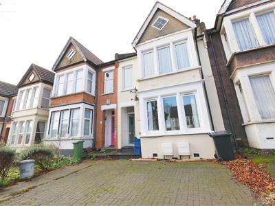 2 Bedrooms Flat for rent in Leamington Road, Southend-On-Sea
