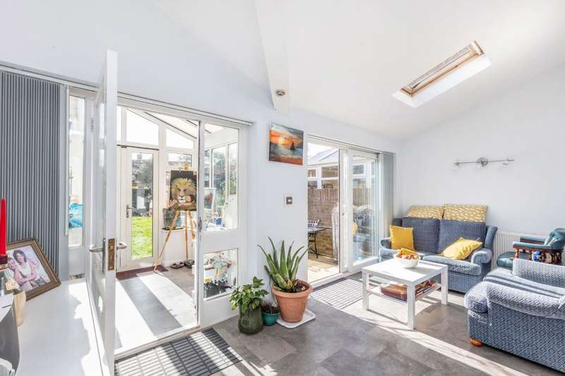 4 Bedrooms Semi Detached House for sale in Station Crescent, Ashford