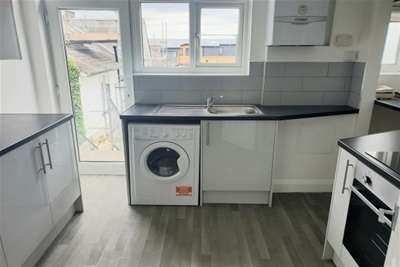 2 Bedrooms Flat for rent in Ibrox Court, Palmerston Road, Buckhurst Hill IG9