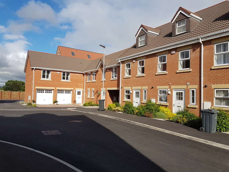 3 Bedrooms Town House for rent in Highgrove Court, Carlton, Barnsley