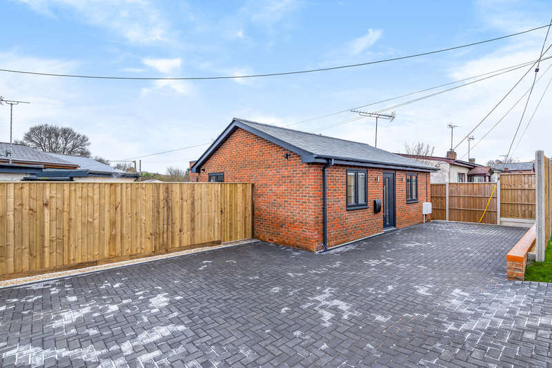 2 Bedrooms Detached Bungalow for sale in New Farm Road, Alresford