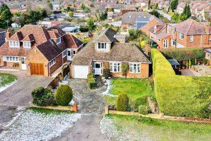 2 Bedrooms Bungalow for sale in Tring Road, Dunstable, Bedfordshire