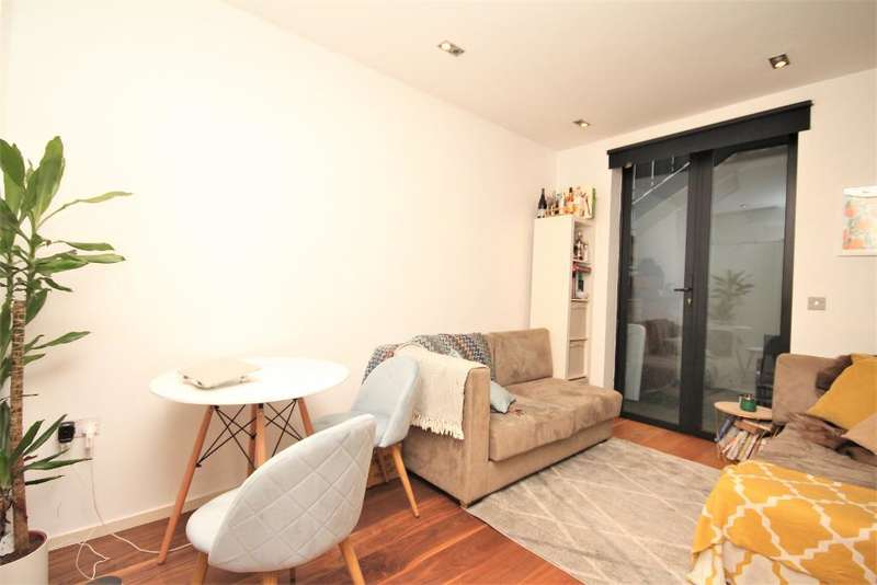2 Bedrooms Flat for sale in Burder Road, Dalston Junction, London, N1 4AT