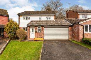3 Bedrooms Link Detached House for sale in Lashmere, Crawley, West Sussex