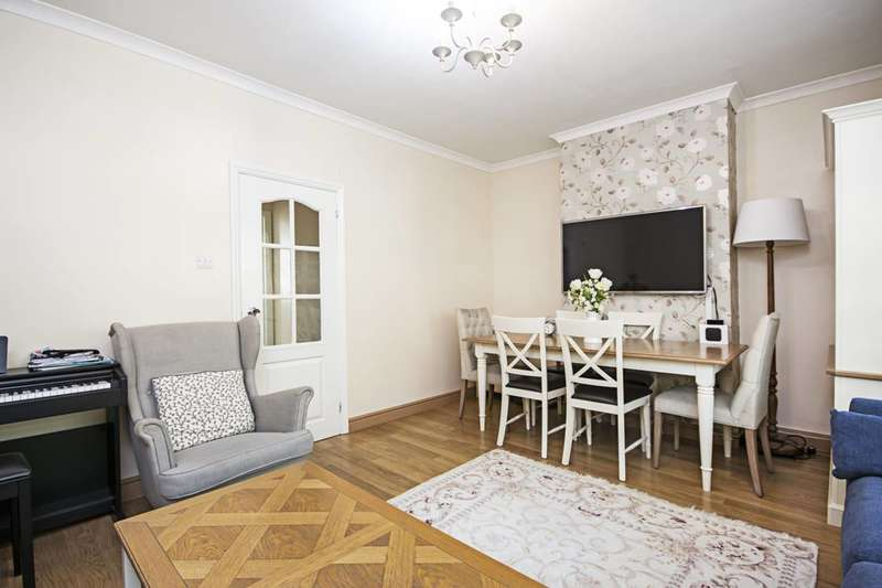 3 Bedrooms Flat for sale in Queen Elizabeth Walk, Stoke Newington, N16