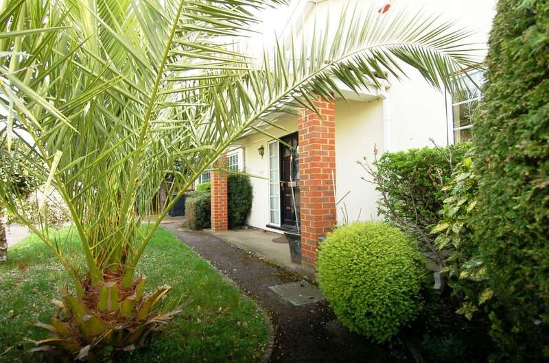 2 Bedrooms Detached Bungalow for sale in East Molesey