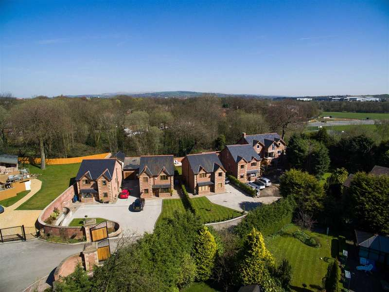 3 Bedrooms Detached House for sale in Manor Gardens, Bury