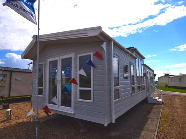 2 Bedrooms Lodge Character Property for sale in Martello Beach, Clacton-on-sea
