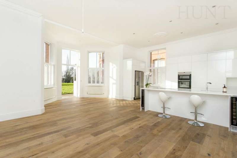 3 Bedrooms Apartment Flat for sale in Osborne House, Repton Park, Woodford Green IG8