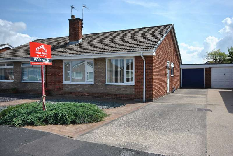 2 Bedrooms Semi Detached Bungalow for sale in Cherrywood Avenue, Lytham , FY8
