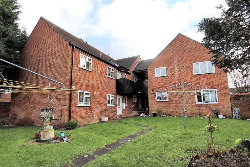 2 Bedrooms Flat for sale in Rowley Mead, Thornwood