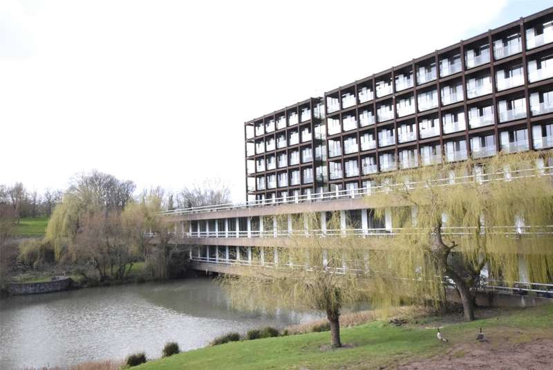 3 Bedrooms Flat for sale in Lakeshore, Lakeshore Drive, Bristol, BS13