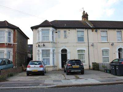 2 Bedrooms Flat for sale in Grosvenor Road, Ilford