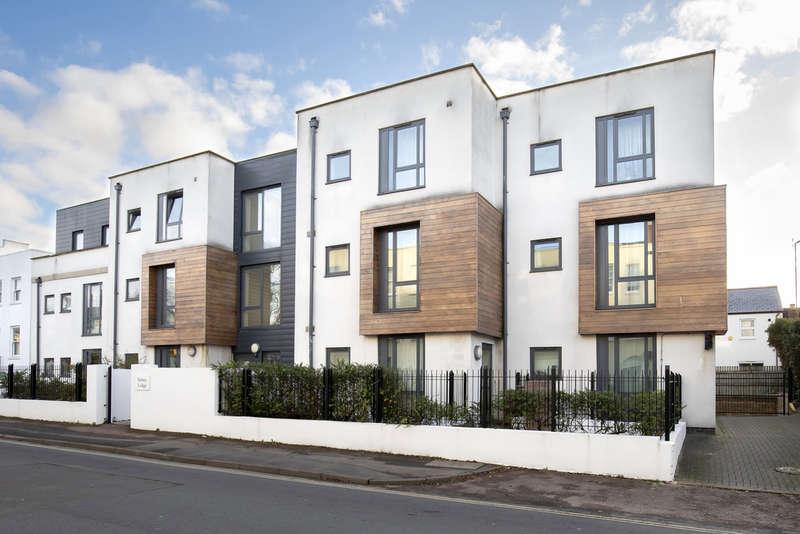 2 Bedrooms Flat for rent in Hewlett Road, Cheltenham GL52 6AD
