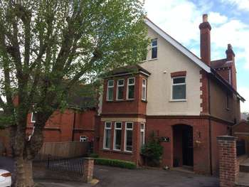 5 Bedrooms Detached House for sale in Park Rise, Leatherhead