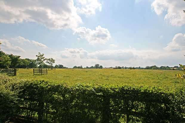 4 Bedrooms Detached House for sale in Ashville Cottage, between Harrogate and Leeds, LS17 0AN