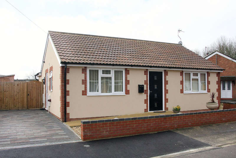 2 Bedrooms Detached Bungalow for sale in Laburnum Drive, Melksham