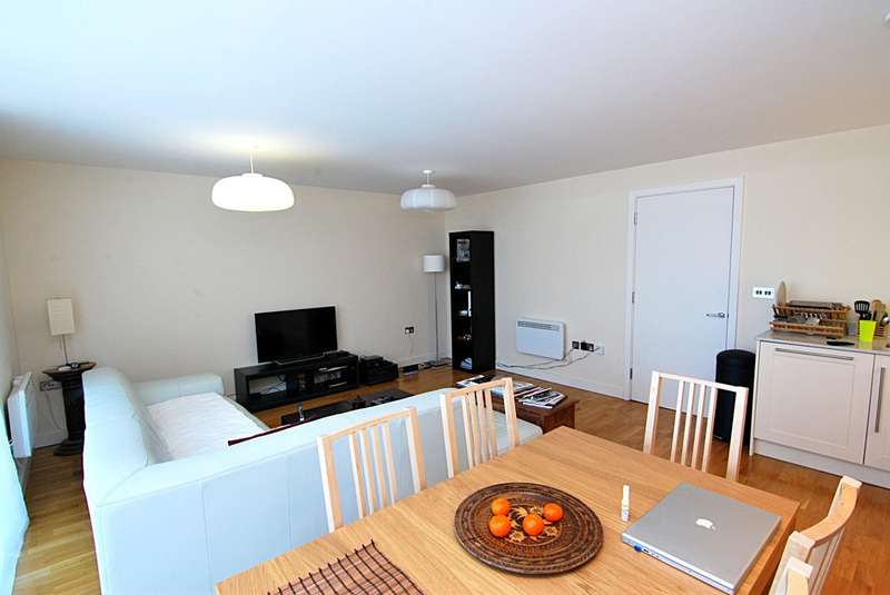 2 Bedrooms Flat for sale in Axminster Road, London