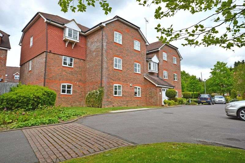 2 Bedrooms Flat for sale in Royal Huts Avenue, Hindhead